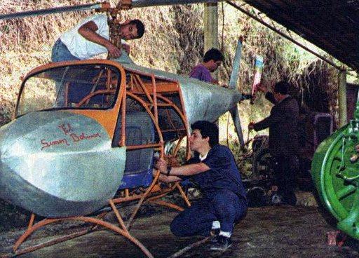 Vicente Zambrano, al fondo en el rotor de cola, con estudiantes de la Universidad del Zulia, en Abril de 1994