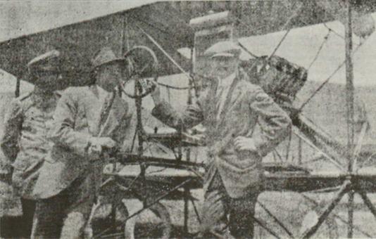 Coronel Alí Gómez, detrás, Carlos Montaubán, y Cecil Peoli, Hipódromo el Paraíso. 7 de Abril de 1914