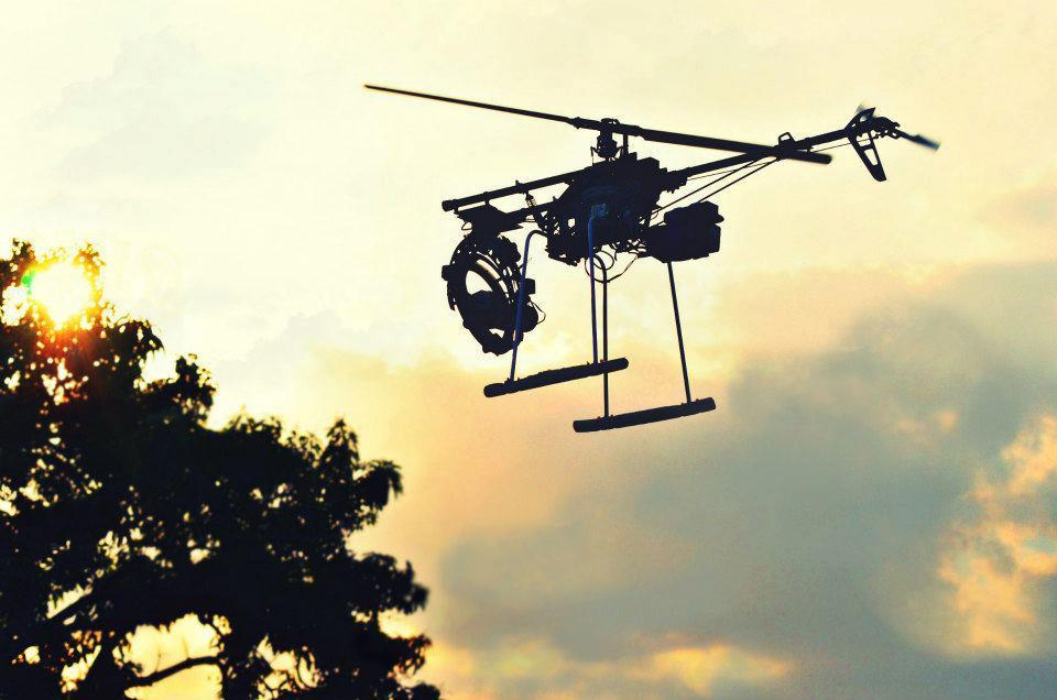 En la actualidad es aún predominante el uso en filmografía de helicópteros de RC sin las capacidades propias de un VANT / UAV, pero el abaratamiento de los costos y el incremento en el número de usuarios, permiten prever que en un futuro muy cercano se utilicen prioritariamente UAV en lugar de sistemas RC. Foto cortesía de Carlos Herrera/ Radikaltech.