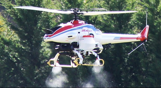 Helicóptero Yamaha Rmax. En Japón su principal uso es la siembra de semillas de arroz y su fumigación. Cubren el 10% de la extensión fumigada de las islas. Otras de sus aplicaciones agrícolas son el monitoreo remoto, la agricultura de precisión, la mitigación de escarcha, y la dispersión de químicos a rata variable. Están equipados con un motor de 250 cc y tienen una capacidad de carga química entre 21 y 24 kgs. Se operan a plena vista, como aviones de radio control (RC) y a distancias no mayores de un par de cientos de metros; más algunas opciones incluyen avanzados sistemas de control, como es el sistema Yamaha YACS, el cual permite que en caso de detenerse todos los comandos de control del piloto, la aeronave se detenga rápidamente y haga vuelo estacionario (hover) sobre un punto.