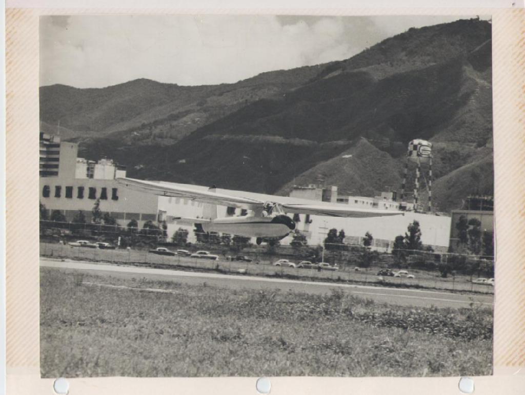 El Turpial (R1) en su vuelo inaugural, La Carlota Julio 1964. Se aprecian la guaya del winche y las ruedas usadas para despegar. [Archivo fotográfico de la familia Remiddi González].