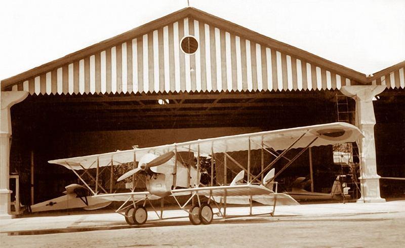 Hangar del Museo Aeronáutico de la FAV, en Maracay, Edo. Aragua. En primer plano, la réplica estática de un Caudron G3, primer avión de la EAM (hoy día en el comedor de la EAM). A la derecha, cerca de la columna central, el Turpial R1, el cual tuve oportunidad de conocer cuando visitamos el museo por primera vez, a mis 5 años de edad.