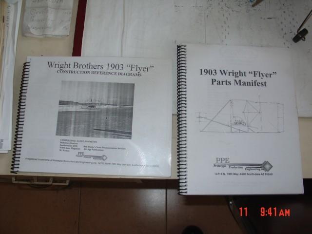 Manuales para la construcción de una réplica del Flyer de 1903 que reflejan la fidelidad con que quería ser lograda esta. [Archivo fotográfico de la familia Remiddi González].