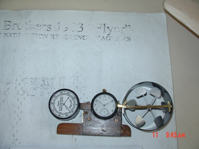 Réplica del anemómetro y cronómetros del Flyer de 190, fieles al original. [Archivo fotográfico de la familia Remiddi González].
