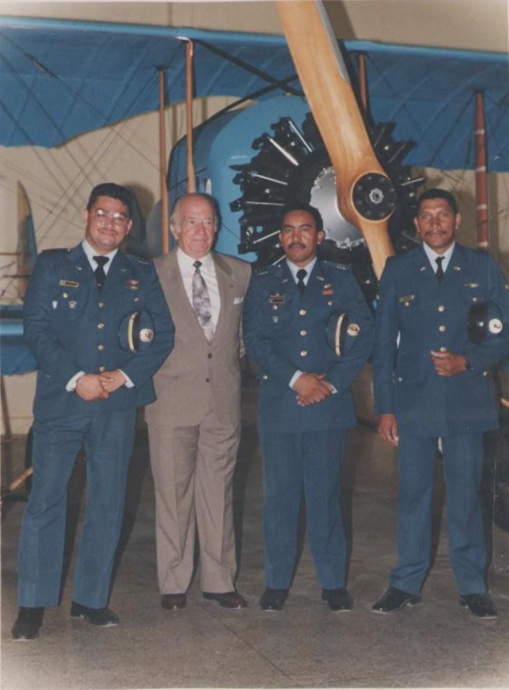 Romano Remiddi junto al grupo de colaboradores responsables del reacondicionamiento del Caudrón G3 del Museo Aeronáutico. [Archivo fotográfico de la familia Remiddi González].
