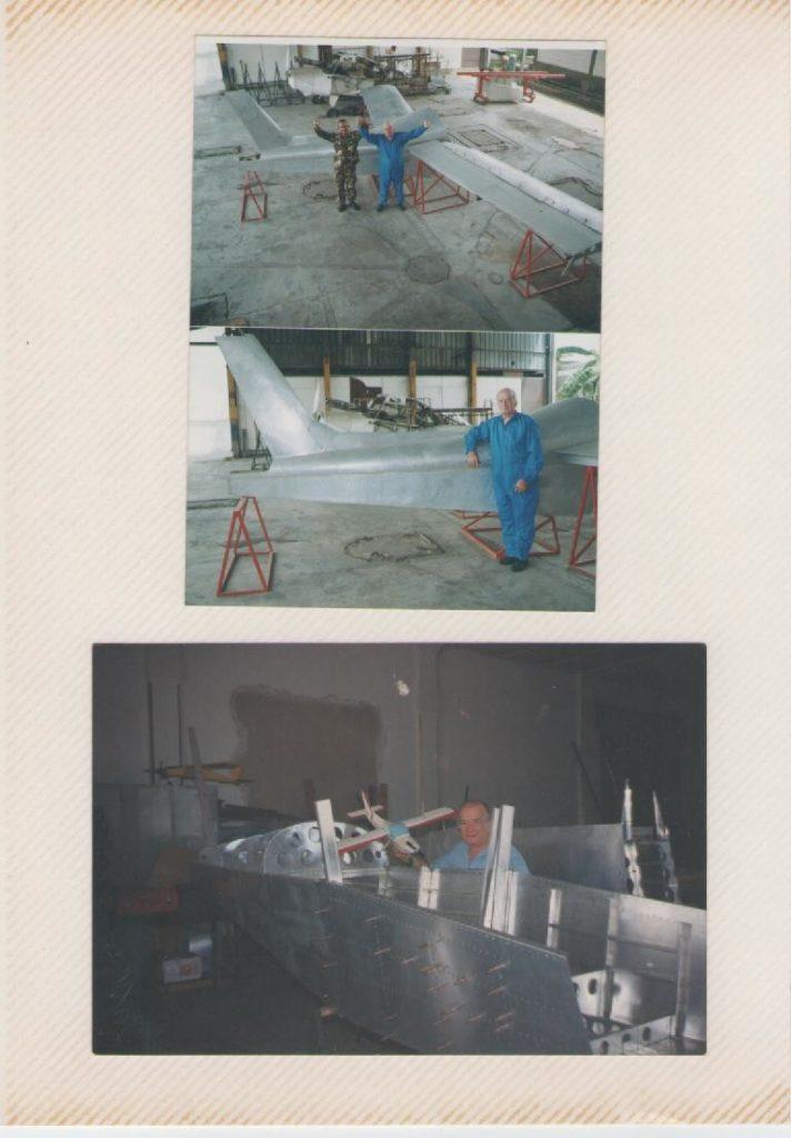 Romano Remiddi con el fuselaje y alas del Cardenal (R2) en el Taller de Reconstrucción de Aviones Históricos del Museo Aeronáutico de la Fuerza Aérea Venezolana. [Archivo fotográfico de la familia Remiddi González]