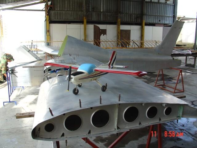 Fuselaje y alas del Cardenal (R2). En esta foto se puede observar el avance en la construcción de la aeronave. [Archivo fotográfico de la familia Remiddi González]