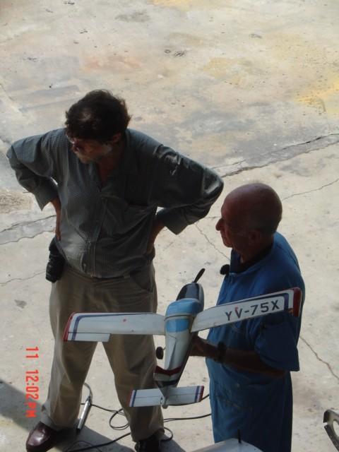 """Romano junto a un miembro del equipo de VTV, con la maqueta a escala de su diseño R2, el Cardenal. Las siglas YV-75X, que lo identifican como """"Experimental"""", son ficticias. [Archivo fotográfico de la familia Remiddi González]."""