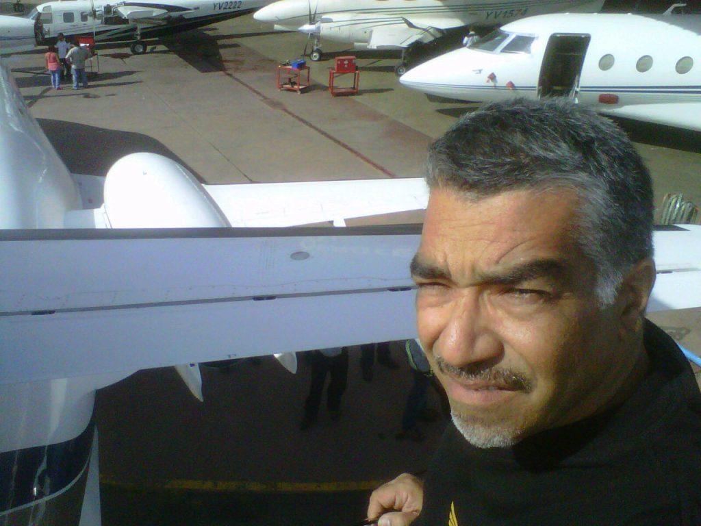 Valerio Remiddi, en el Aeropuerto de Charallave.[Archivo fotográfico de la familia Remiddi González].