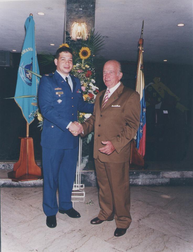 Fabio con su padre Romano Remiddi, durante su ascenso al grado de Mayor en julio de 2000. [Archivo fotográfico de la familia Remiddi González].