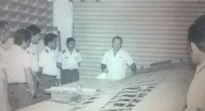 Remiddi exponiendo el proceso de fabricación de las alas a oficiales de la FAV.