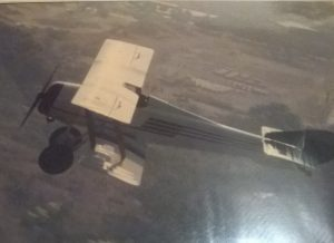 Hanriot HD1-ET en vuelo sobre la Base Mariscal Sucre. A la vista el Lago de Valencia. [Archivo fotográfico de la familia Remiddi González].