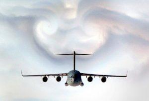 En esta imagen se observa, entre y muy por debajo de los torbellinos de punta de ala, el efecto del impulso hacia abajo (downwash) del aire desviado por el extradós del ala. Este cambio de la dirección del flujo produce la sustentación. Los torbellinos que se observan en la parte superior son los desprendidos en las puntas de las alas (en este caso, de los Winglets, o aletas verticales en la punta de las alas).