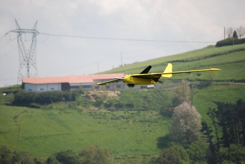 UAV Fulmar de Aerovision. Su aplicación principal es asistir a los pescadores a localizar bancos de atunes, dada su habilidad de hacer aterrizajes en el agua.
