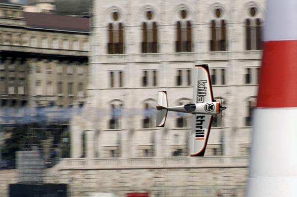 Avión Giles G-300 de James Anderson, en una competencia Redbull Air Race. La foto es verdadera, pero la imagen del avión es un modelo 3D