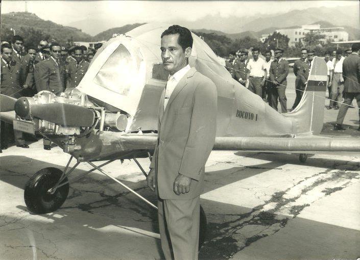 Única y rara foto conocida del avión Boconó I, construido por el Trujillano Vicente Zambrano. Ceremonia de entrega al Museo de Maracay