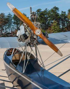 Curtiss-Wright Junior del Smithsonian National Air and Space Museum's Udvar-Hazy Center. Detallase la guaya alrededor del motor que asegura los cilindros en su sitio.
