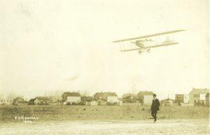 Avión Curtiss Jenny JN-4 en la Escuela de Vuelo Curtiss, en Newport, Virginia. A pie, Glenn H. Curtiss.