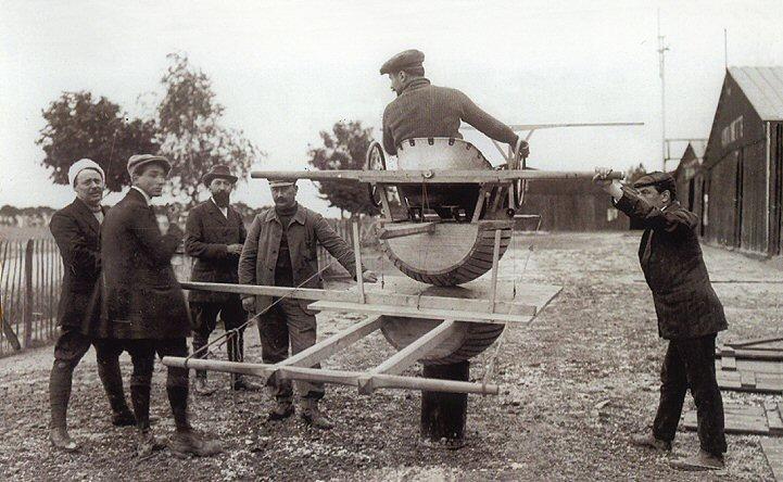 Entraîneur au pilotage « Tonneau d'Antoinette ». Cour des ateliers Levasseur à Chalons - 1910.Antoinette_tonno