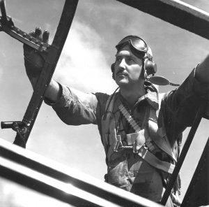 JM Stubblebine, abordando un Grumman TBF Avenger.