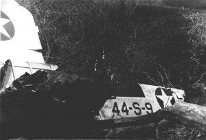 """Avión OS2U Kingfisher del Escuadrón de Observación 44 de la US Navy (VS-44). número 44-S-9 (BuNo 01459), el cual """"aterrizó"""" en la ladera del Cerro Santa, Paraguaná, el 3 de Mayo de 1943. mientras era pilotado por el Alférez Lloyd C. Morse, acompañado por el operador de radio era Wayne E. Kent."""