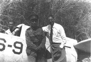"""Avión OS2U Kingfisher del Escuadrón de Observación 44 de la US Navy (VS-44). número 44-S-9 (BuNo 01459), el cual """"aterrizó"""" en la ladera del Cerro Santa, Paraguaná, el 3 de Mayo de 1943. mientras era pilotado por el Alférez Lloyd C. Morse, acompañado por el operador de radio era Wayne E. Kent. Oficial el ejercito venezolano y alguna autoridad civil de la zona. David Stubblebine, World War II Database [ww2db.com]."""