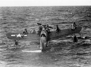 Aviadores norteamericanos derribados esperan rescate por parte del submarino USS Tang, cerca de la Laguna Truk sobre las alas de un OS2U Kingfisher, Abr 1944.