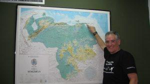 Jejesús señalando l a ubicación de  Macuro en el mapa de Venezuela.