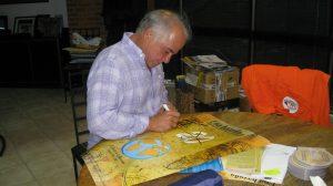 Francisco dedicando un afiche del 20 Aniversario (un año antes). 2013.