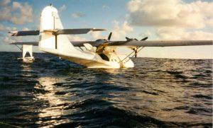 BuNo RCAF9793.N5404J luego del amaraje, antes de hundirse en medio del Pacífico. 1994-0115.