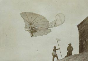 """Otto Lilienthal im Fluge """"Fliegestation"""" Maihöhe Steglitz (damals bei Berlin), 1893"""