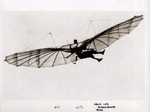 Esta imagen de 1894 permite ver el esfuerzo físico, casi gimnástico, requerido para contrarrestar la perdida de balance del planeador, solo controlado por el cambio del centro de gravedad por medio de las piernas del piloto.