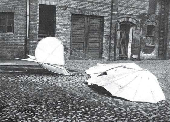 Lilienthal049Crash.1896_Crashed_Glider