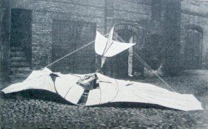"""Planeador Estándar con el que se estrelló Otto Lilienthal, en el patio de su fábrica, en la """"Köpenicker Strasse"""". Agosto 1896. Foto A. Regis."""