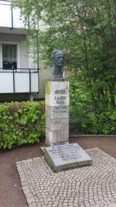 Lilienthal062Monumento.Monumento a Otto Lilienthal en el Peenestraße su lugar de nacimiento en Anklam.Denkmal_Otto_Lilienthal_total