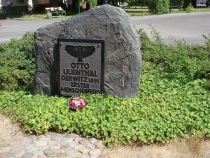 Lilienthal065Monumento.piedra conmemorativa en Derwitz que conmemora el primer vuelo.Otto_Lilienthal_Gedenkstein_Derwitz
