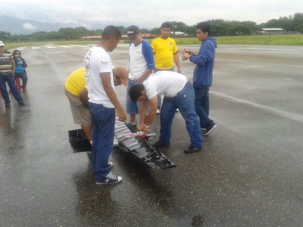 Preparación previa al vuelo avión Grifo. En el centro, con gorra, el Ing. Elicer Hernandez.