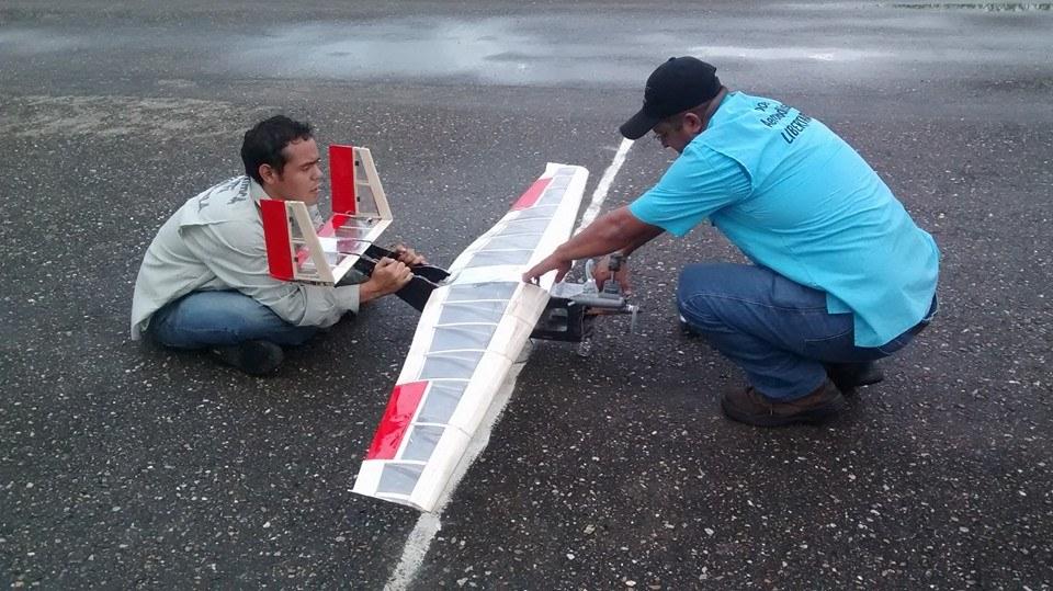 Preparación previa al vuelo Titán III. A la derecha, Piloto Luis Blanco.